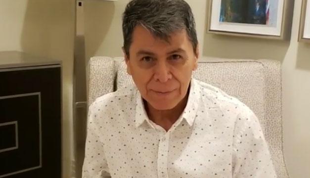 El cantante salvadoreño Álvaro Torres se encomienda a Dios y entra a cirugía