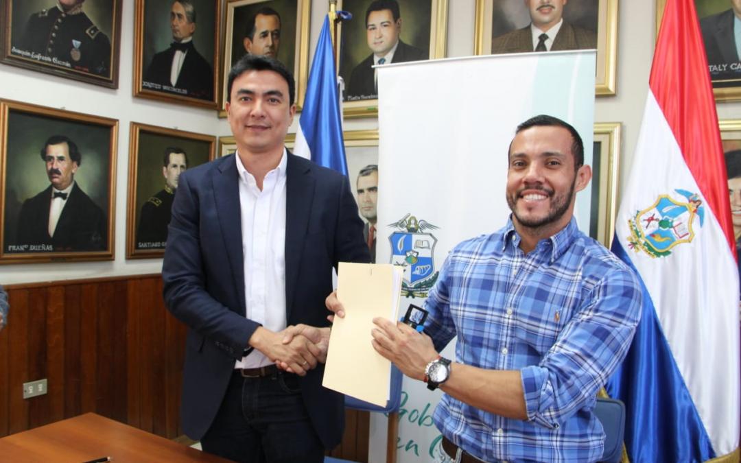 Alcalde de San Miguel  firma contrato para iniciar obras de iluminación de Estadio Barraza