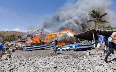 Se reporta incendio en ranchos y restaurantes de playa El Palmarcito, en La Libertad