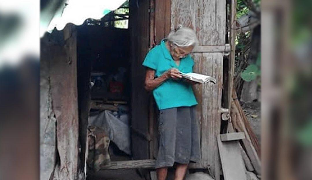 Anciana que vive en extrema pobreza dice que su riqueza se encuentra en la biblia