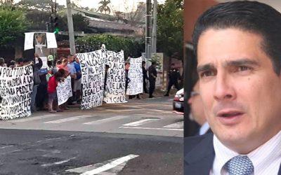 MANIFESTACIÓN EN CONTRA DEL ALCALDE ROBERTO D'AUBUISSON  POR NO REALIZAR PROYECTO DE VIVIENDA