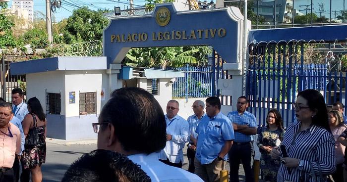 SINDICATO BLOQUEA PORTONES DE LA ASAMBLEA POR  DESPIDO INJUSTIFICABLES  DE CUATRO TRABAJADORES