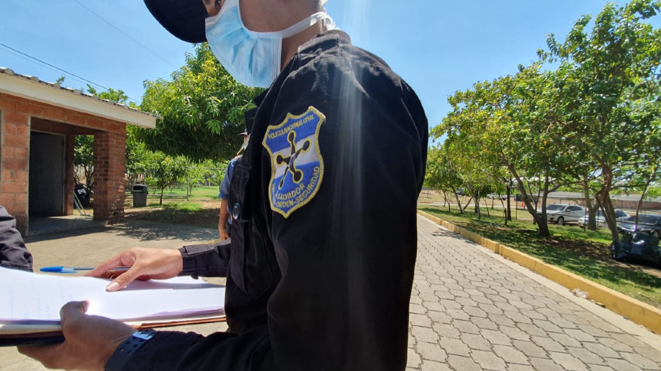 AGENTES POLICIALES BRINDAN SEGURIDAD EN EL ALBERGUE DE JIQUILISCO.