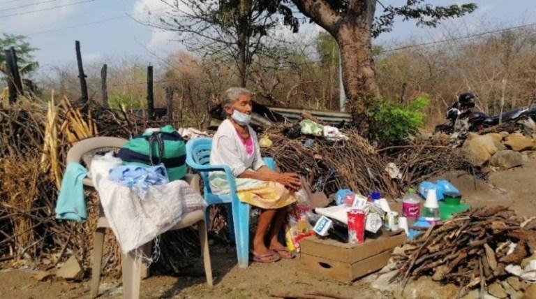 Octogenaria de Morazán duerme en una silla plástica y a la intemperie tras perder su casa en incendio